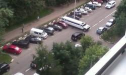 une limousine trop grande pour sa place de parking