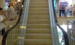 un faux escalator, un vrai escalier
