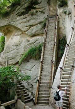 escalier de pierre assez pentu