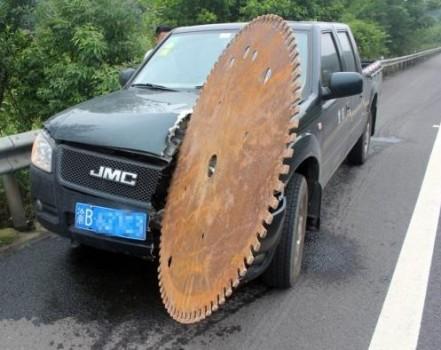 voiture attaquée par une énorme roue dentée en fer