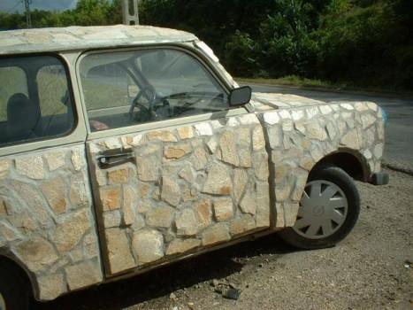 voiture avec une carrosserie en pierre