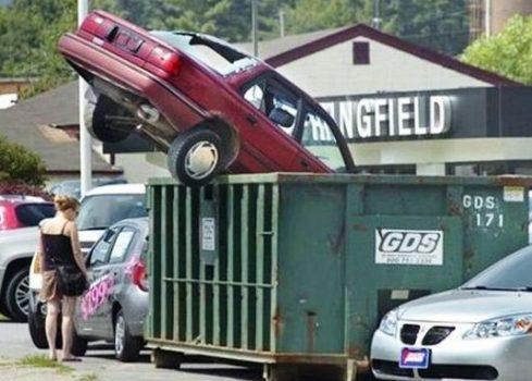 voiture jetée à la benne
