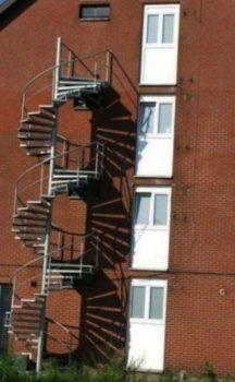 Des portes et des escaliers non alignés